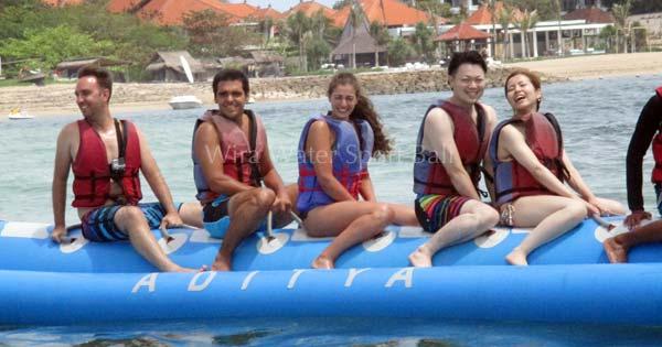 Naik Wahana Banana Boat Tanjung Benoa Bali