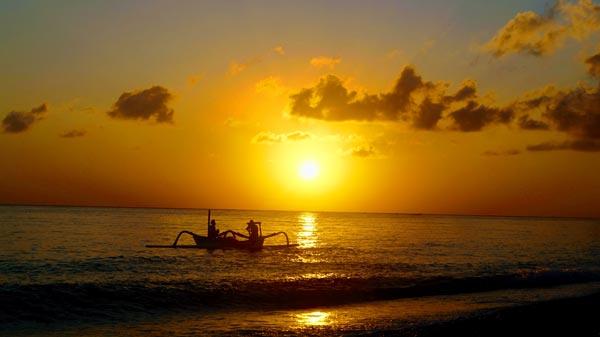 Melihat Pemandangan Sunrise Amed Di Tengah Laut