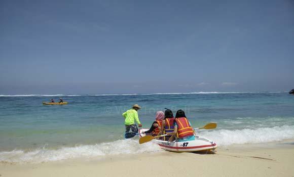 Aktivitas Naik Kano Di Pantai Pandawa Bali