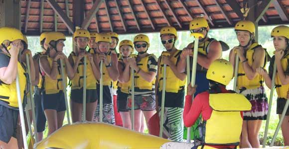 Selalu Ikuti Instruksi Guide Rafting 10 Tips Keselamatan Saat Bali Rafting Tour