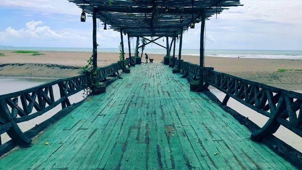 Jembatan Kayu Putih Beach Spot Foto Instagrammable