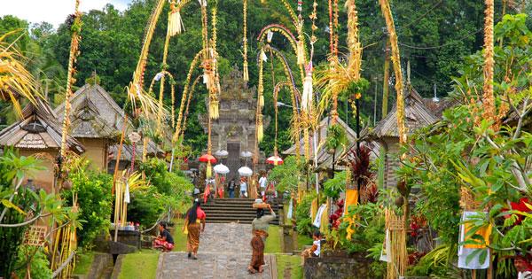 Penjor Di Desa Pengelipuran - 10 Hal Unik Yang Hanya Ada Di Bali