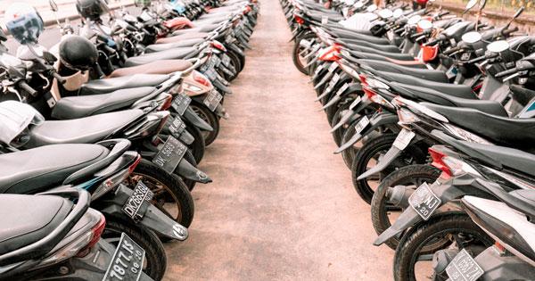 Tempat Parkir Sepeda Motor Di Pantai Canggu