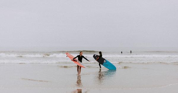 Aktivitas Wisatawan Berselancar Petitenget Beach