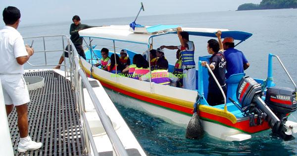 Menaiki Speed Boat
