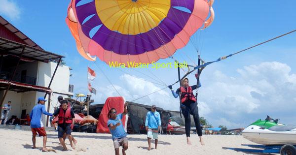 Terbang Menggunakan Parasailing di Pantai Tanjung Benoa Bali