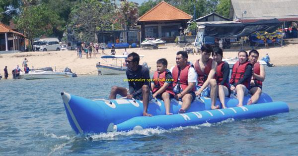 Naik Banana Boat Di Pantai Tanjung Benoa - Harga Paket Promo Wahana Watersport Bali